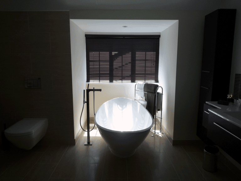 Free standing bath by window